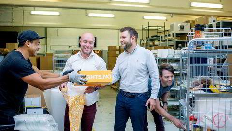 Nok en tights er iferd med å bli sendt med post fra lageret til Netthandelsgruppen. Lagerarbeider Eduardo Jaques Da Silva (fra venstre) sammen med gründerne i Netthandelsgruppen markedssjef Fredrik Guttormsen, daglig leder Per William Frøisland og styreleder Gard Valderhaug.