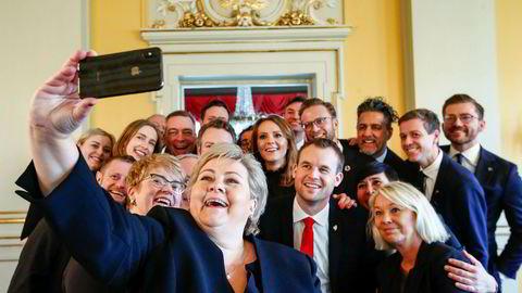 Statsminister Erna Solberg tar en selfie med den nye regjeringen før pressekonferansen etter statsråd fredag. 46 statsråder har vært innom Solbergs regjering i løpet av drøyt seks år. Foto: Terje Pedersen / NTB scanpix