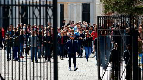Rundt 50 menn, kvinner og barn forlot den russiske ambassaden i Washington lørdag ettermiddag i en buss som skulle frakte dem til flyplassen. Totalt var det varslet at 171 personer – 60 russiske diplomater antatt å være etterretningsagenter, og deres familier – ville forlate landet lørdag.