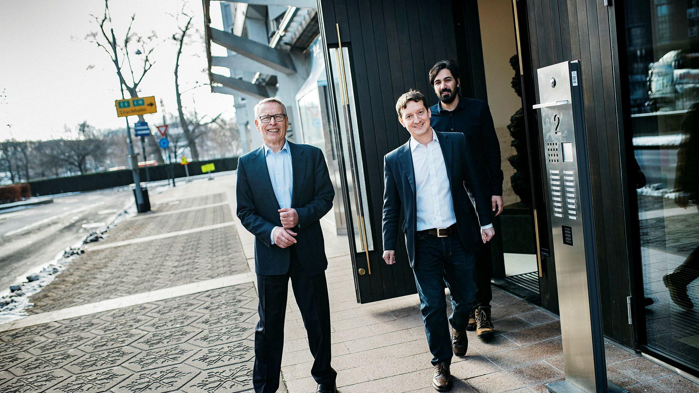 Investor Erik Must (til venstre) putter penger i Convertelligence. Her er han sammen med grunnleggerne John Antonio Nilsen og Arash Saidi (bakerst).
