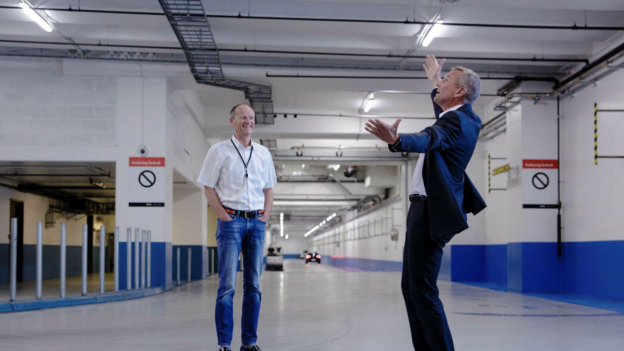 Administrerende direktør Rolf Thorsen i Oslo S Utvikling viser Gunnar Gjørtz i KLP Eiendom hvor god plass det er i kjelleren under Barcode-rekken.