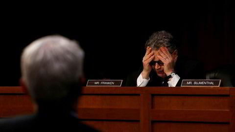 Senator Al Franken er oppgitt og tar seg til hodet etter en ordveksling med Facebook-toppen Colin Stretch.