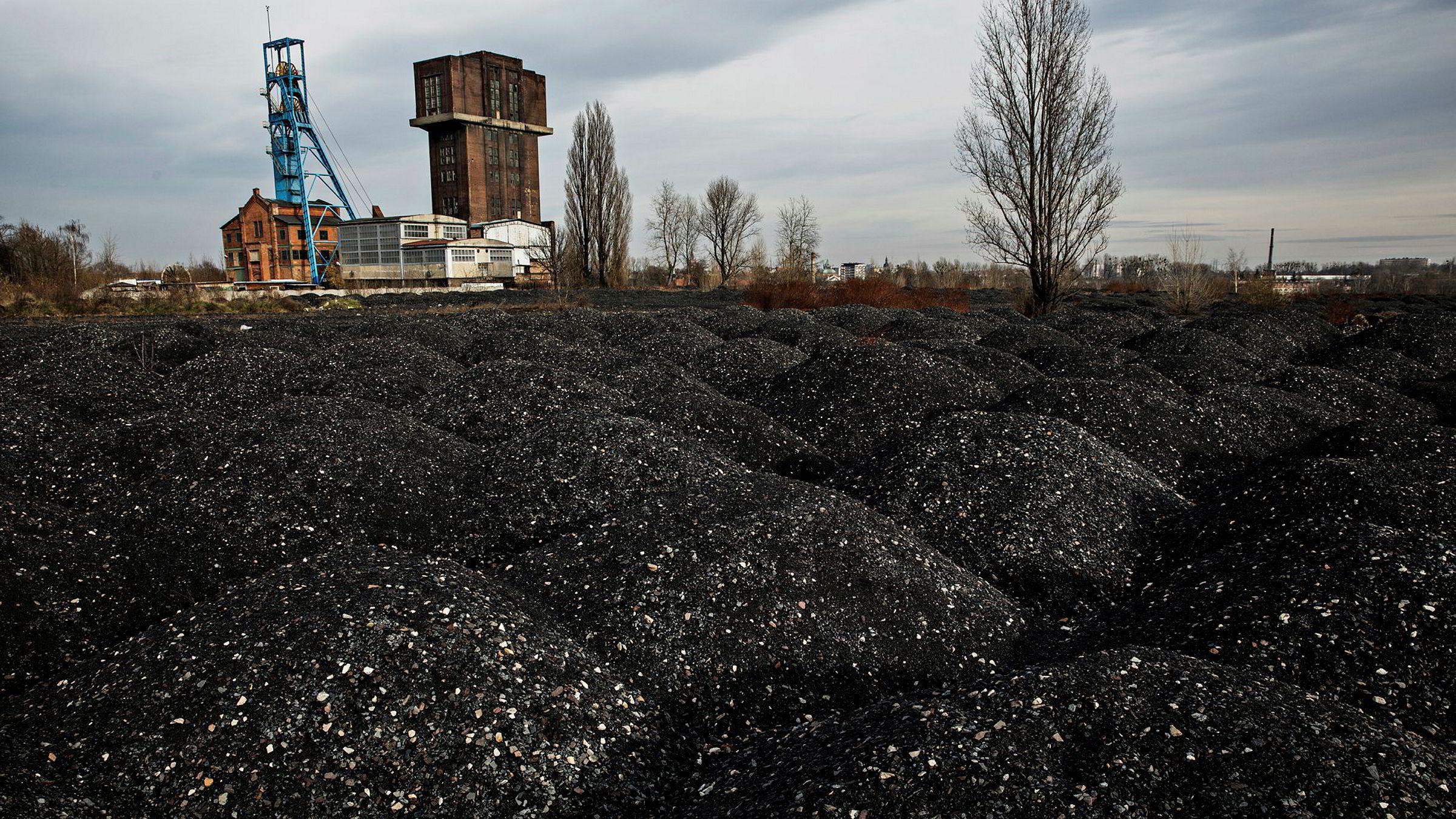 Verdens kullkraftverk vil fortsatt slippe ut seks gigatonn CO 2 i 2050 – selv om gamle fases ut og ingen nye bygges, skriver Øystein Dørum i kronikken. Bildet er fra Polen.