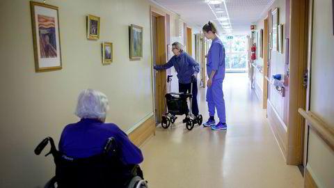 Oslo, 01.08.2017: Chrestense Njærheim (29) sykepleierstudent Og Wenche Nyheim (81) beboer på sykehjem. Chrestense Schaug Njærheim mistet ingeniørjobben i oljenæringen og har begynt på sykepleierutdanningen. Det er hun glad for i dag.