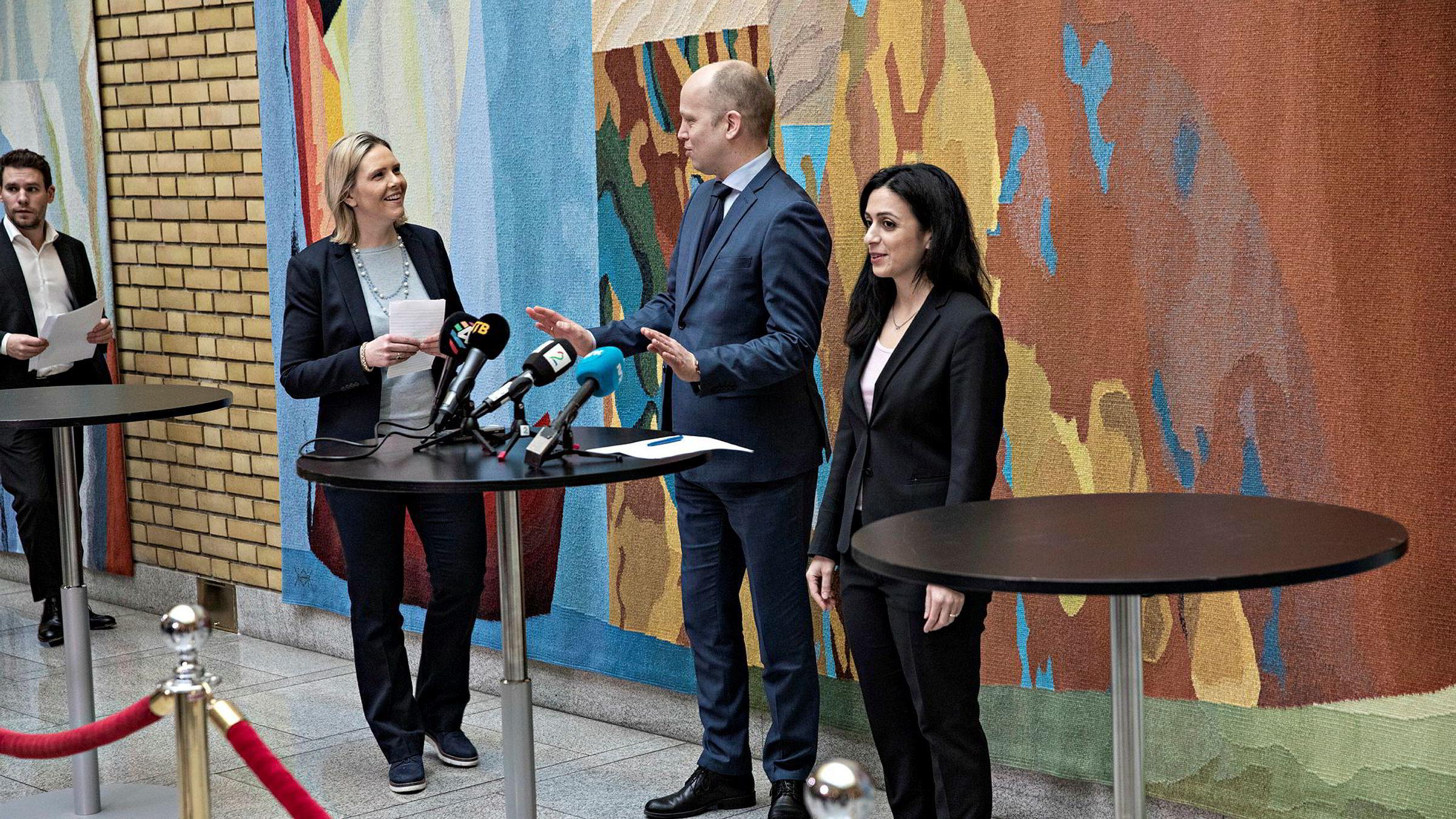 Finanskomiteen på Stortinget har i flere omganger forhandlet med regjeringen om krisepakker. Fra venstre: Sylvi Listhaug, Trygve Slagsvold Vedum og Hadia Tajik.