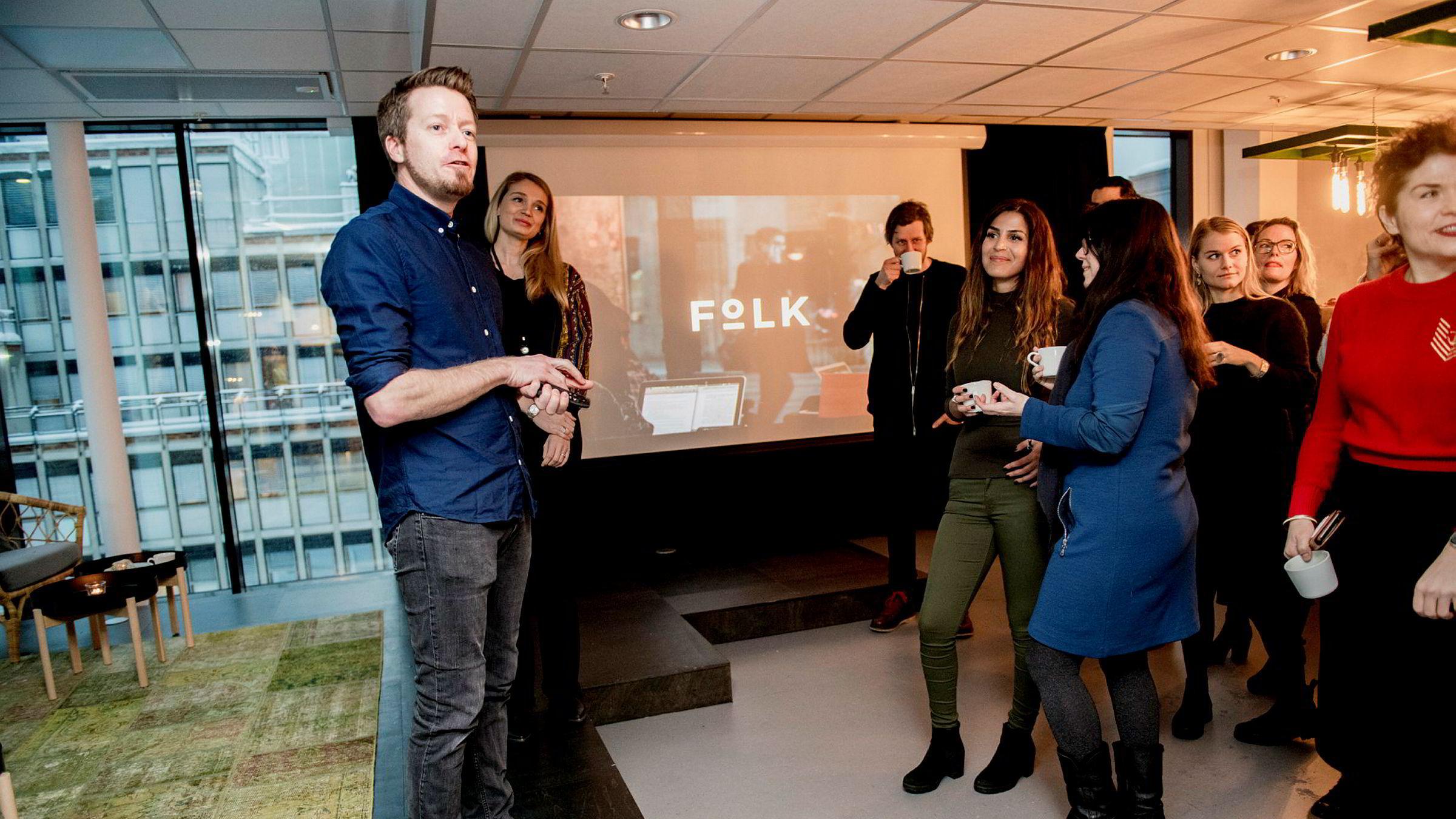 Preben Carlsen (39) er styreleder og Ida Pernille Hatlebrekke (27) (bak) er daglig leder i «Folk» – et slags gründerverksted som skal løse fremtidens problemer i Oslo.