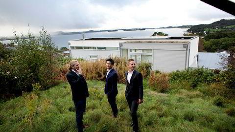 Petter Smedvig Hagland (fra venstre) skal bli Stavangers eplehageutbygger. Her er han sammen med Thomas Mjeldheim og Kjetil Andersen i eiendomsselskapet TPG på tomten der planen er å bygge leiligheter med en snittpris på 15 millioner kroner.