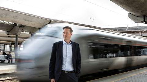 Flytogets sjef Philipp Engedal ber politikere og myndigheter om å tenke nytt for at Flytoget skal overleve – og ber om at prisen på vanlige togbilletter med Vy ikke lenger skal subsidieres. Han mener det vil flytte flere flyreisende over på Flytoget.