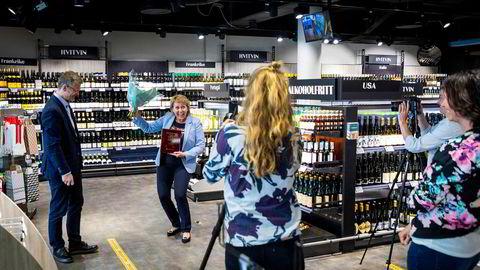 Vinmonopolet er mer populært enn de fleste andre monopol. En glad administrerende direktør Elisabeth Hunter mottar vinnerstatuetten fra Pål Silseth i Norsk kundebarometer i en videosekvens