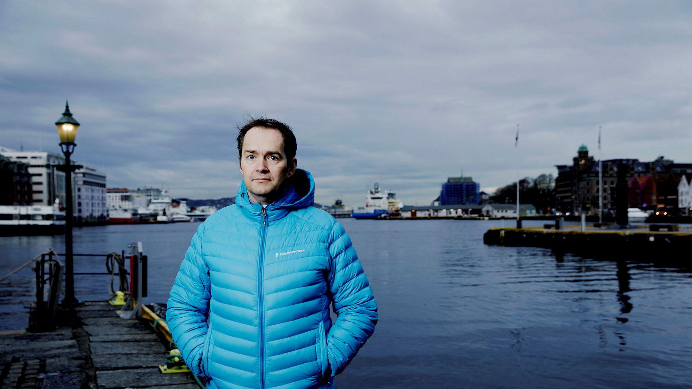 Kjetil Myrlid Aasen er sjakkentusiast og har en mastergrad i statistikk. Etter å ha tjent store penger på helseteknologi og gambling satser han nå 20 millioner kroner på sjakk-appen til Magnus Carlsen.
