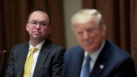 Mick Mulvaney (til venstre) er ferdig som stabssjef for president Donald Trump i Det hvite hus.