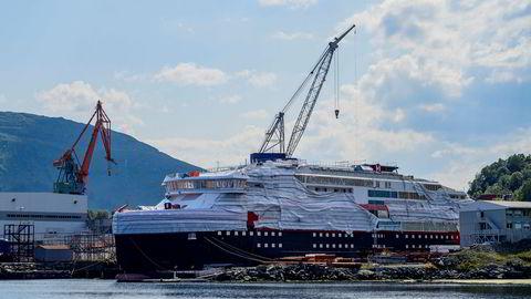 Kleven Verft har cirka 300 millioner kroner i gjeld. Dette bildet er fra i fjor sommer, da verftet fullførte byggingen av to Hurtigruten-skip.
