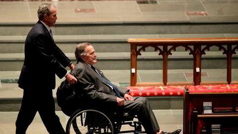 Tidligere president George H.W. Bush (93) er innlagt på sykehus. Her trilles han i rullestol av sin sønn George W. Bush under begravelsen til tidligere førstedame Barbara Bush.
