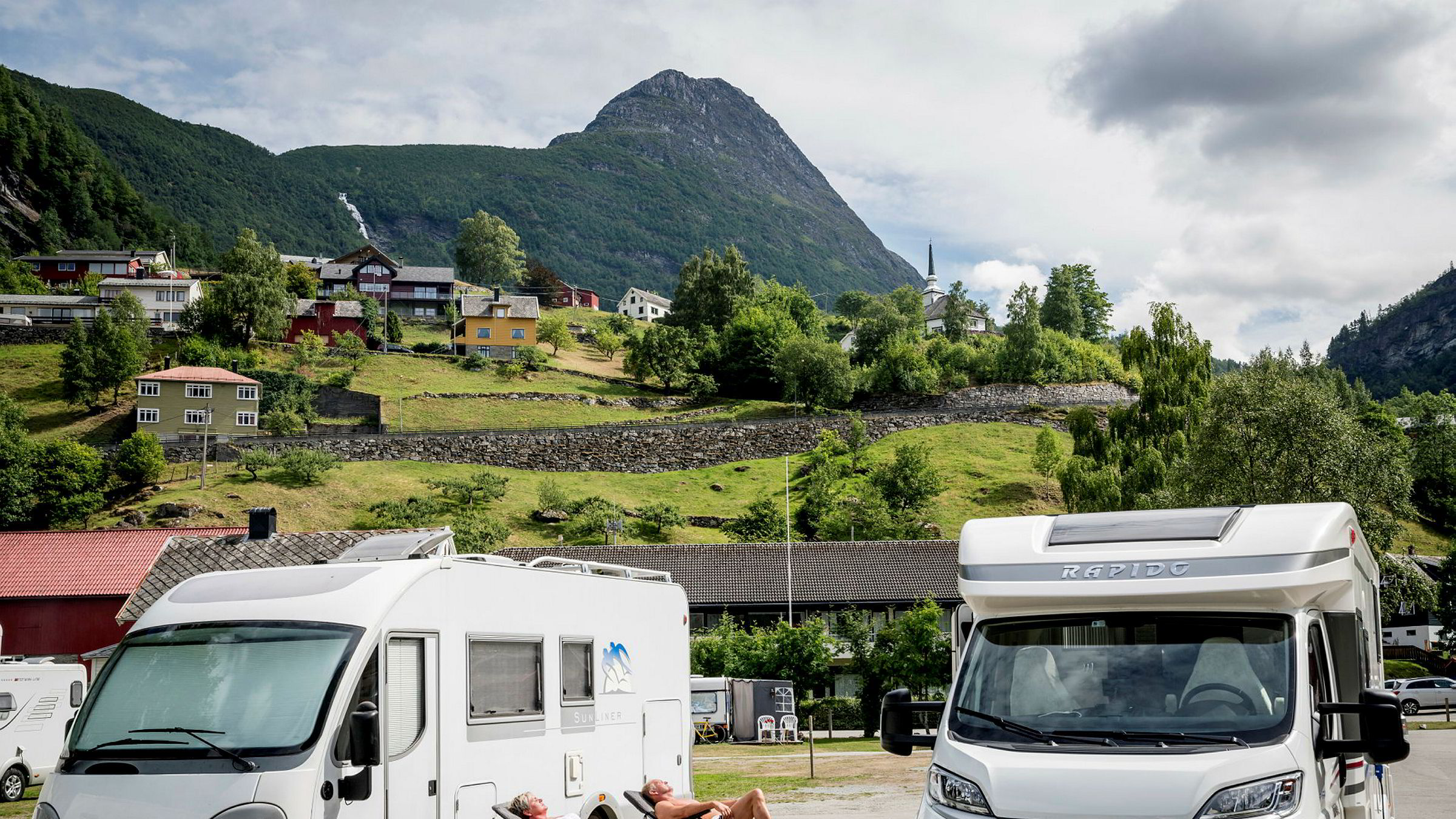 Tyske turister ferierer normalt i Norge i 15 dager i strekk og kjører ofte egen bil eller bobil. Her bilde av bobilturister i Geiranger.