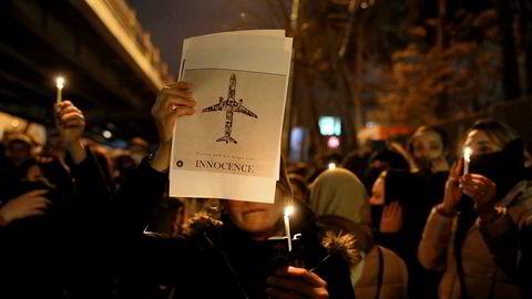 Iranere demonstrerte mot myndighetene i hovedstaden Teheran tre dager etter at et passasjerfly, med blant annet 82 iranere, ble skutt ned ved en feil av det iranske forsvaret.