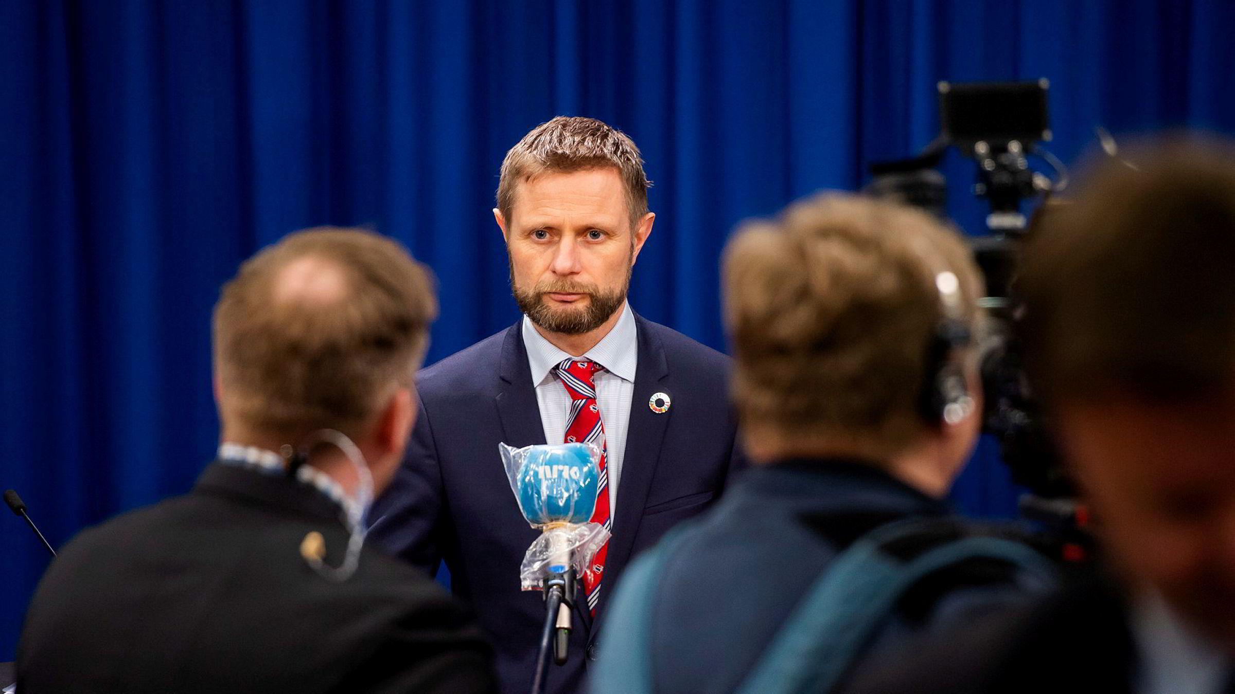 Helse- og omsorgsminister Bent Høie (H) skulle søndag presentere en ny veileder for kommunene om lokale karanteneregler, men pressekonferansen ble utsatt.
