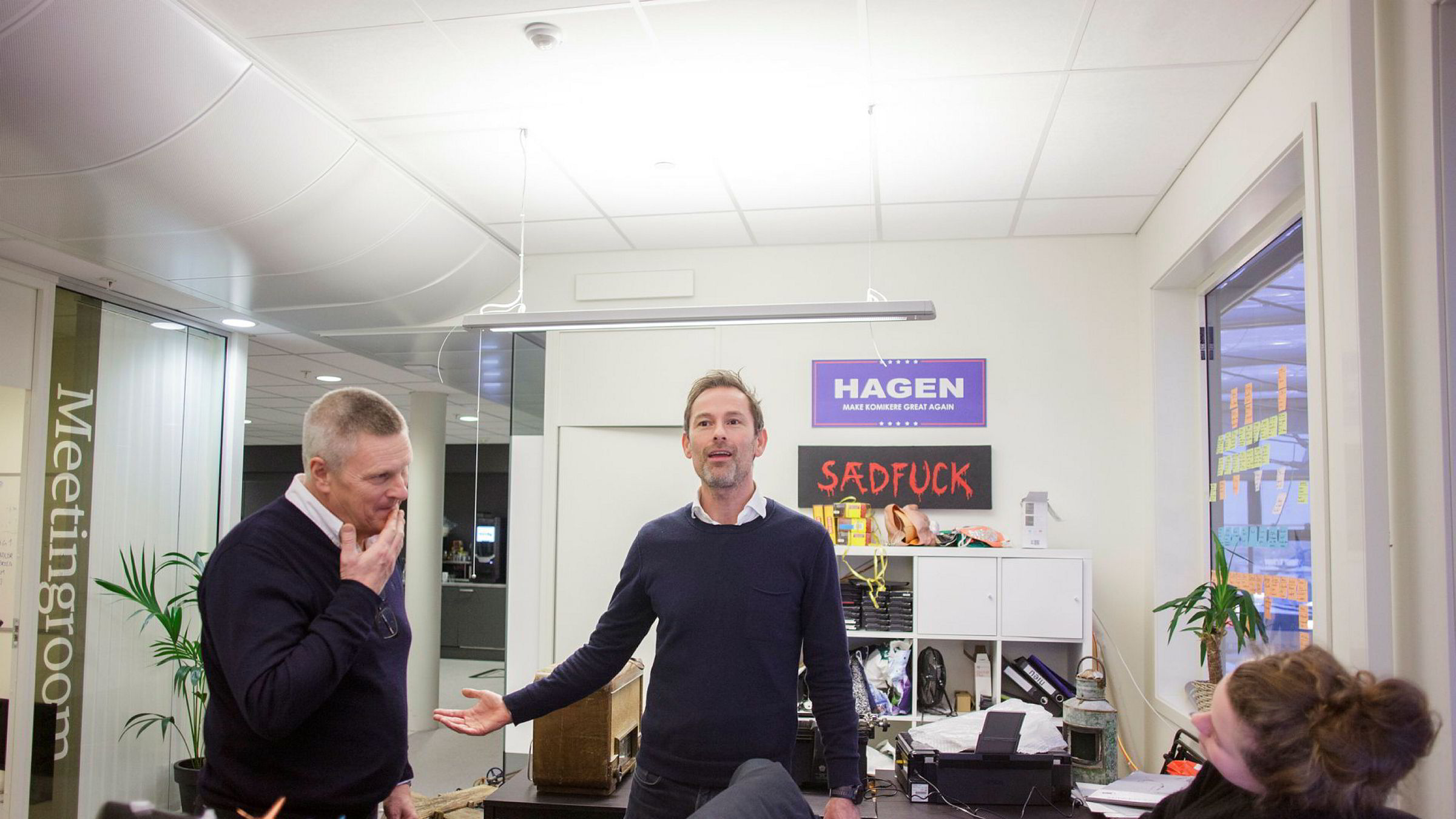 Morten Bank, konsernsjef i Monday Media-gruppen, har kjøpt flere store humorbyråer i Norge den siste tiden. Her med den svenske konsernsjefen Lasse Hallberg i Monday Norge og kollega Thea Børsting.