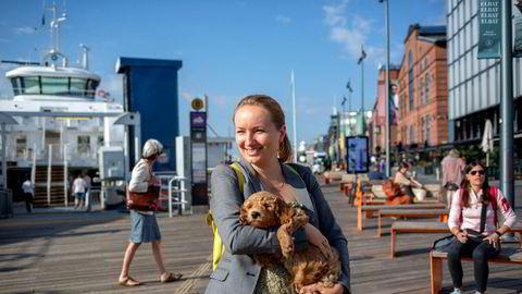 Ida Eliassen-Coker, redaktør og grunnlegger av magasinet Altså, her med valpen Lexi, tester ut alternativ finansiering.