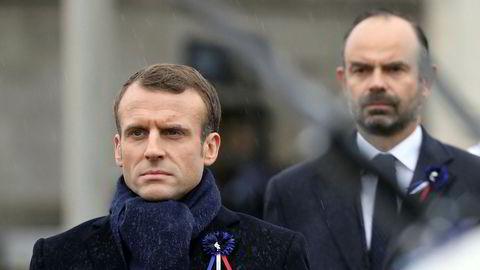 Frankrikes president Emmanuel Macron (foran) bytter ut både innenriksminister og justisminister i landets nye regjering. Bak Macron står Edouard Philippe som gikk av som statsminister forrige uke.