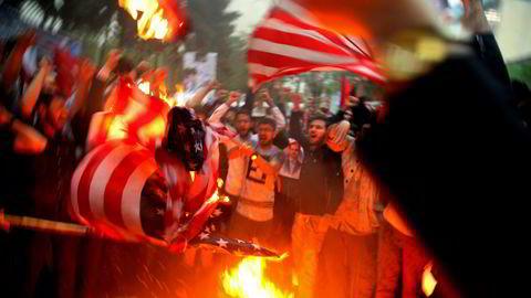 Iranske demonstranter utenfor den tidligere amerikanske ambassaden i Teheran onsdag.