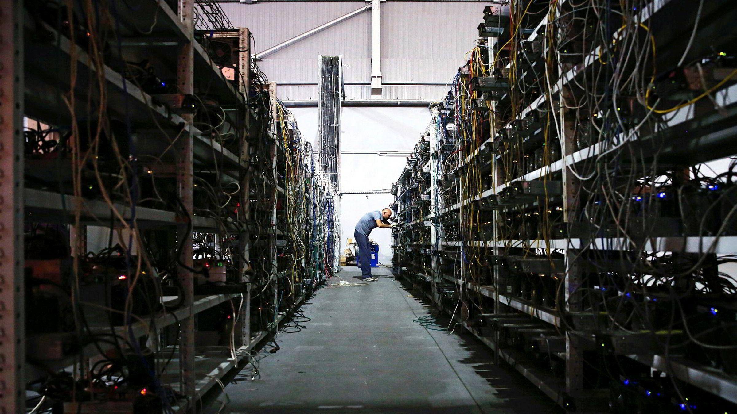 Handel med bitcoin i utviklingslandene er nå større enn i USA, som er det største enkeltmarkedet, ifølge tall fra LocalBitcoins. Her fra russiske Dmitry Marinichevs «kryptovalutagruve» i en gammel bilfabrikk i Moskva der flere hundre datamaskiner brukes til «utvinning» av bitcoin.