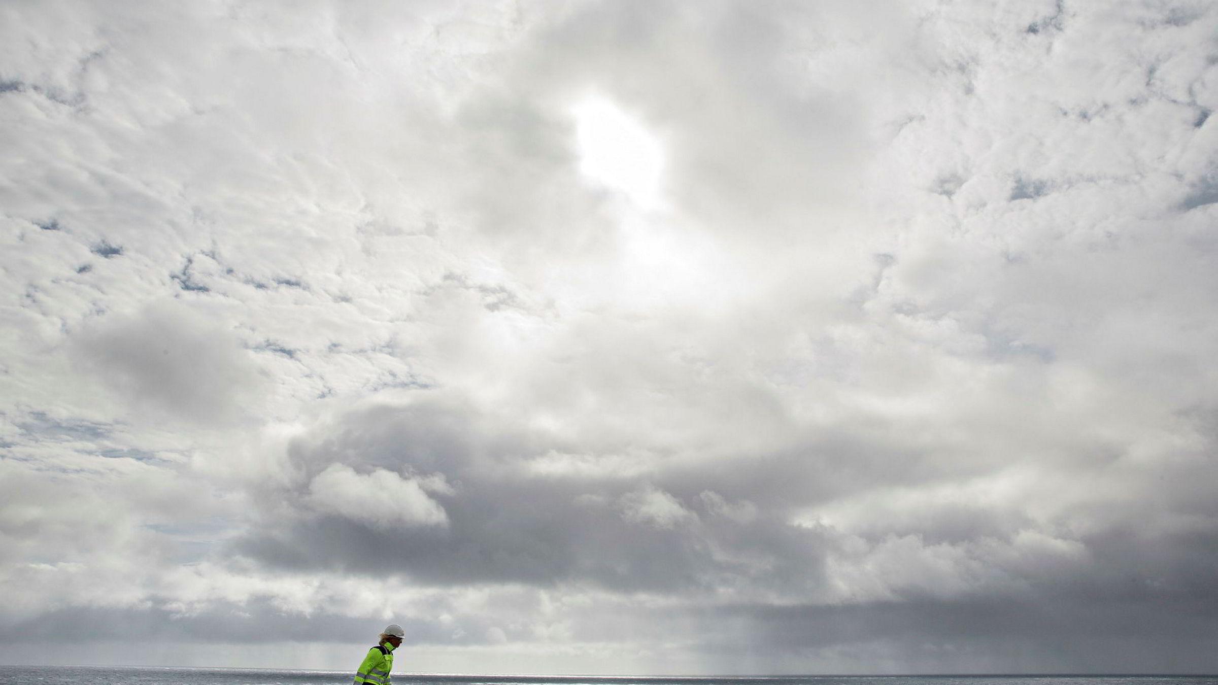 Det er tankevekkende at en næring, som selv i det verste kriseåret 2016 sto for halvparten av bedriftsbeskatningen fra alle næringer i Norge, til stadighet skal henges ut som subsidiert, skriver forfatteren. Her fra prøveboring og gassproduksjon i Barentshavet ved boreriggen Leiv Eiriksson.