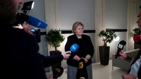 Statsminister Erna Solberg (H) kommenterer fiskeriministerens avgang i Statsministerens kontor sent fredag.