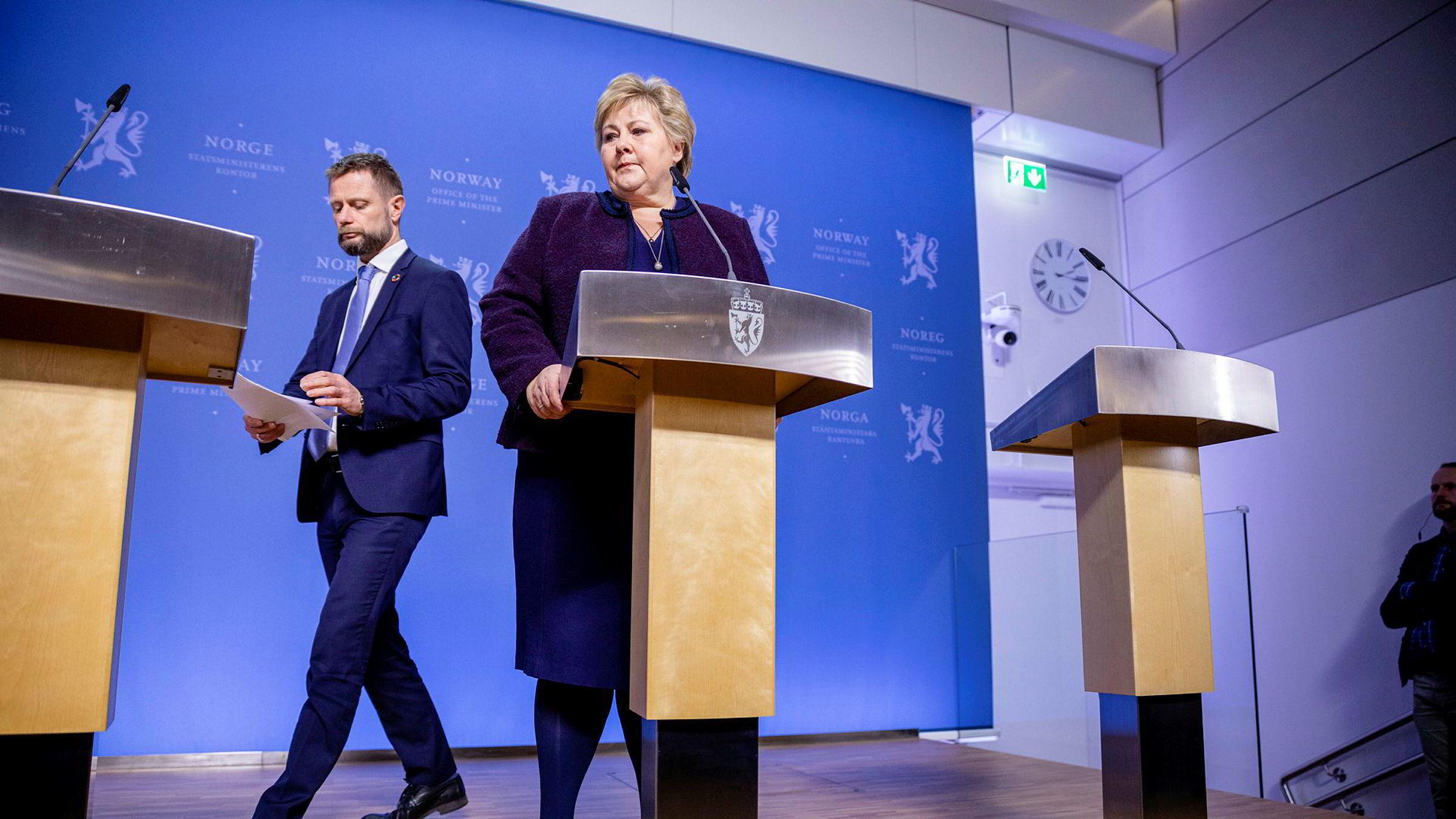 Statsminister Erna Solberg og helseminister Bent Høie tar koronaavgjørelser i regjeringens hittil ukjente utvalg. Her informerer de om koronatiltak ved Statsministerens kontor.