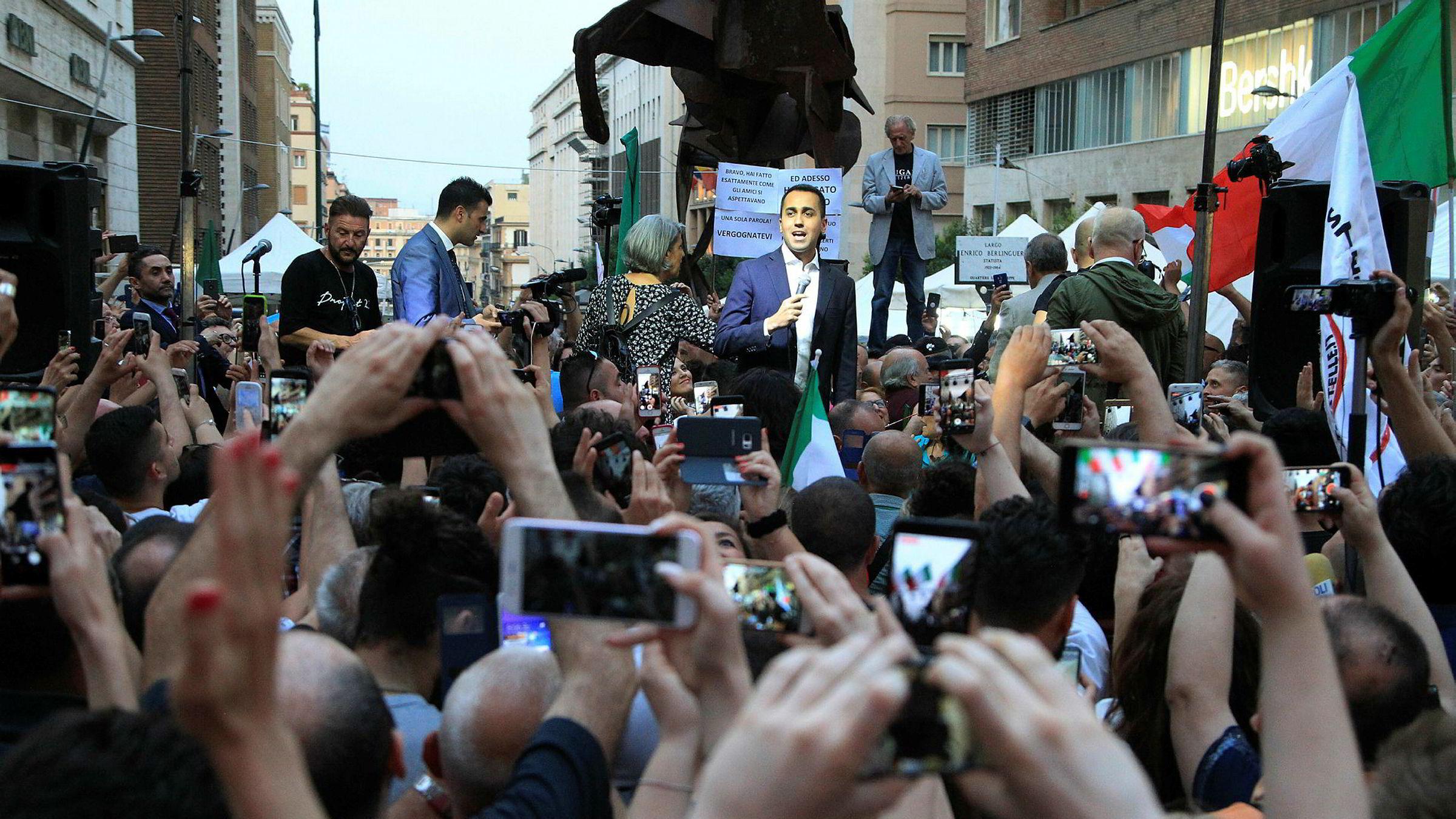 De nylige valgvinnerne, Ligaen og Femstjernersbevegelsen er virkelig populisme, råere og mer primitivt enn vi er vant til i pyntelige nord, skriver Janne Haaland Matlary. Her holder partilederen for Femstjernersbevegelsen, Luigi Di Maio, protestmøte i Napoli, etter at president Sergio Mattarella hadde nektet å godkjenne partienes forslag til finansminister.