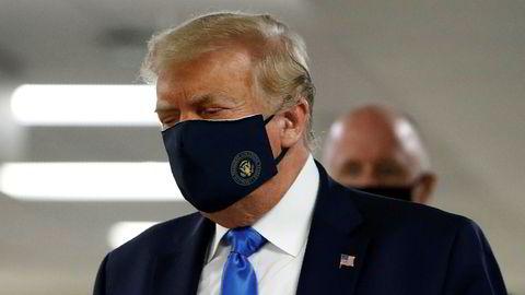 President Donald Trump blir mer og mer kritisk til sine helsemyndigheter samtidig som at smittetallene i landet eksploderer.