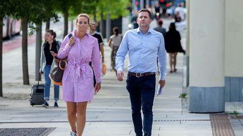 Kommersiell direktør Asta Lassesen og konsernsjef Daniel Skjeldam i Hurtigruten på vei til pressekonferansen i Oslo mandag der ledelsen innrømmet at den hadde sviktet i håndteringen av koronautbruddet på selskapets skip.