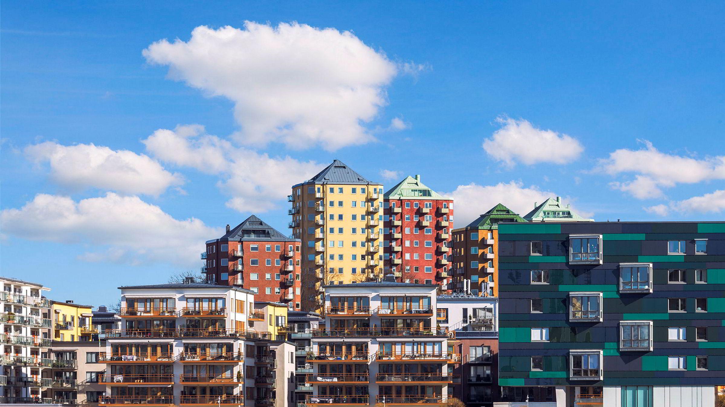 Svenske usikrede eiendomsobligasjoner er ganske likt strukturert som de norske offshore forsyningsskip-obligasjonene (OSV) – de som er blitt restrukturert – og med nedkjølingen innen dyre leiligheter i Stockholm fulgte også usikkerheten og et moderat kursfall.