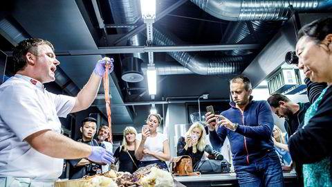 På programmet under tredagersturen til Oslo sponset av Sjømatrådet, Visit Oslo og Innovasjon Norge fikk «influencere» fra hele Europa lære hvordan man får kjøttet ut av kongekrabbeben uten å klippe det opp.