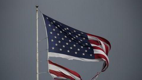 Et sønderrevet flagg etter orkanen Harveys herjinger. Nå er den tilbake over land, men med vesentlig lavere vindstyrke.