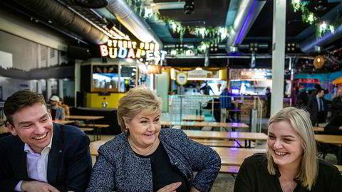 Erna Solberg og hennes nye stjerneskudd Tina Bru og Henrik Asheim på Torggata Bad