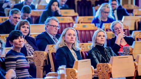 Arbeids- og sosialminister Anniken Hauglie (H, i midten) har kalt inn til pressekonferanse om feil praktisering av reglene for trygdeytelser til EØS-land.