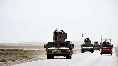 Irakiske militærkjøretøyer på veien mellom Hawija og Kirkuk lørdag 7. oktober.