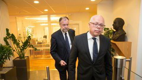 Riksmekler Nils Dalseide kommenterte onsdag kveld meklingen for de statsansatte. I forgrunnen er mekler Richard Saue.
