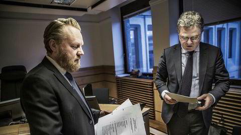 Hallvard Helle (til høyre), her med i statsadvokat Bård Thorsen i Sør-Trøndelag tingrett, forsvarer Prora-gründer Terje Eriksen som er tiltalt for grovt økonomisk utroskap, lånebedrageri og regnskapsmanipulasjon.