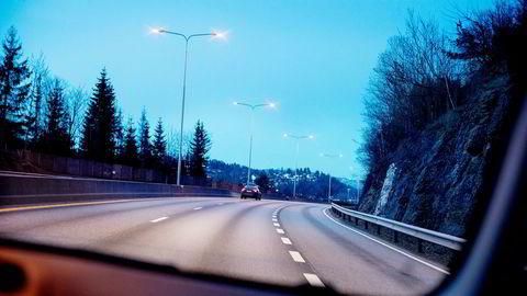 Biltrafikken på norske veier er sterkt redusert som en følge av at mange holder seg hjemme for å hindre koronaviruset i å spre seg. Her fra E18 inn mot Oslo vestfra.