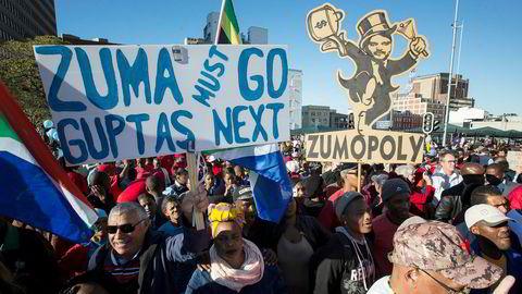 Protester mot president Zuma på gatene i Cape Town i august i år. Korrupsjonsskandalen ruller videre, først rammet det Bell Pottinger, nå har revisjonsgiganten KPMG havnet i skandalens sentrum. Foto: AP Photo/Halden Krog