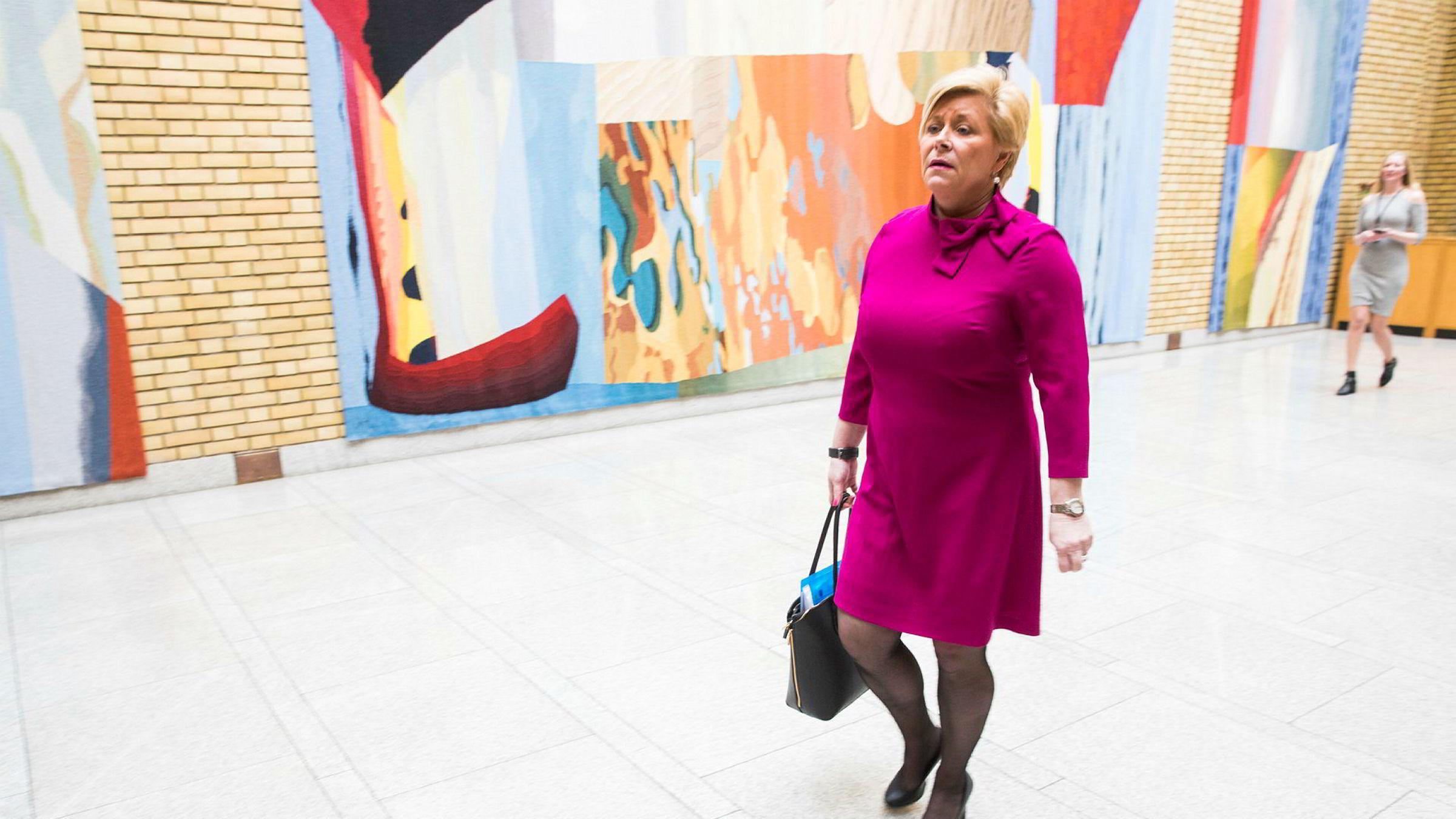 Finansminister Siv Jensen (Frp) i vandrehallen på Stortinget.