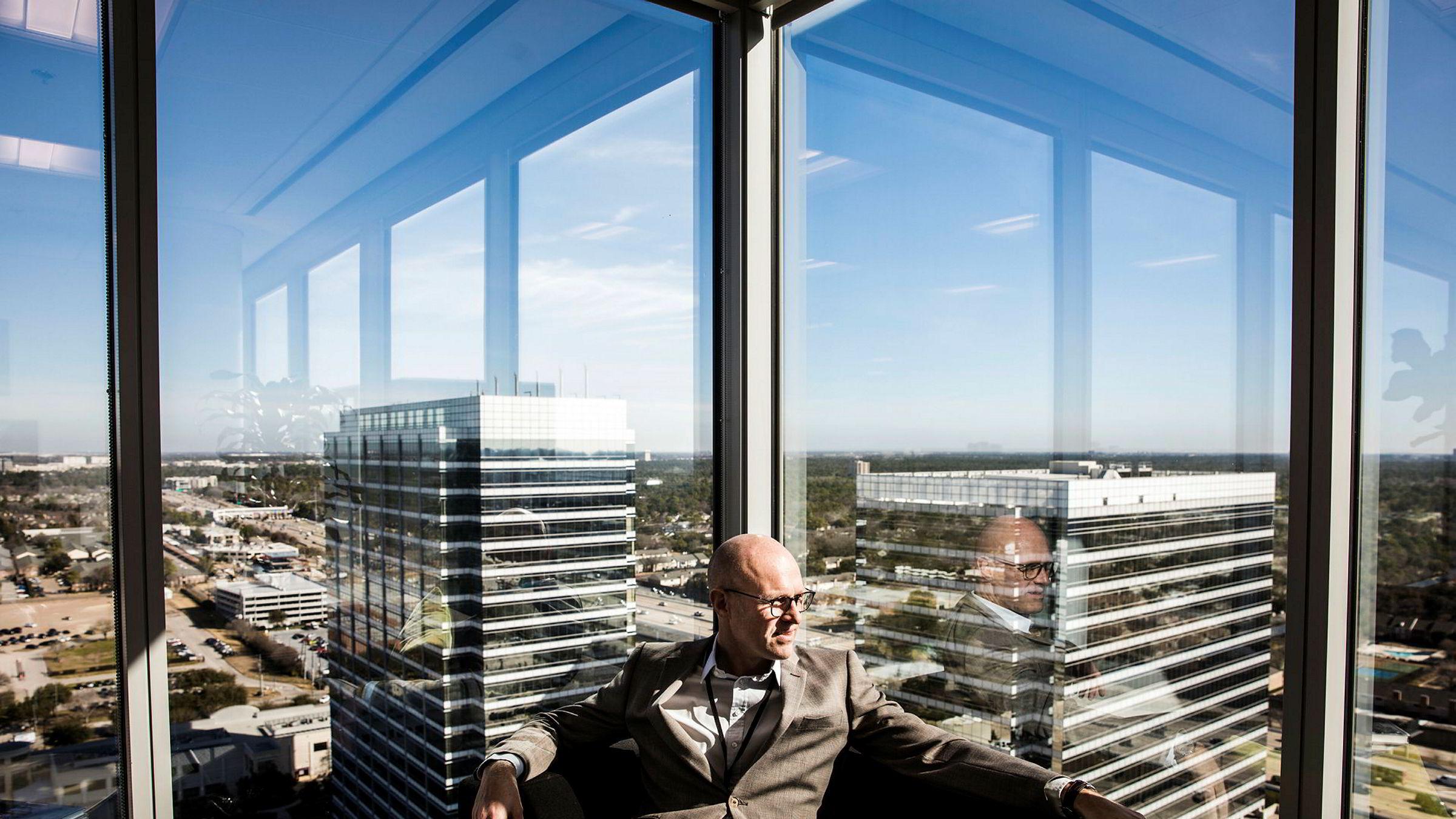 Torgrim Reitan leder USA-operasjonen i Statoil. Høyere oljepris gir etterlengtet drahjelp for selskapets utskjelte virksomhet på land i USA. Her sitter han med utsikt over Houston fra Statoils kontorer i byen.