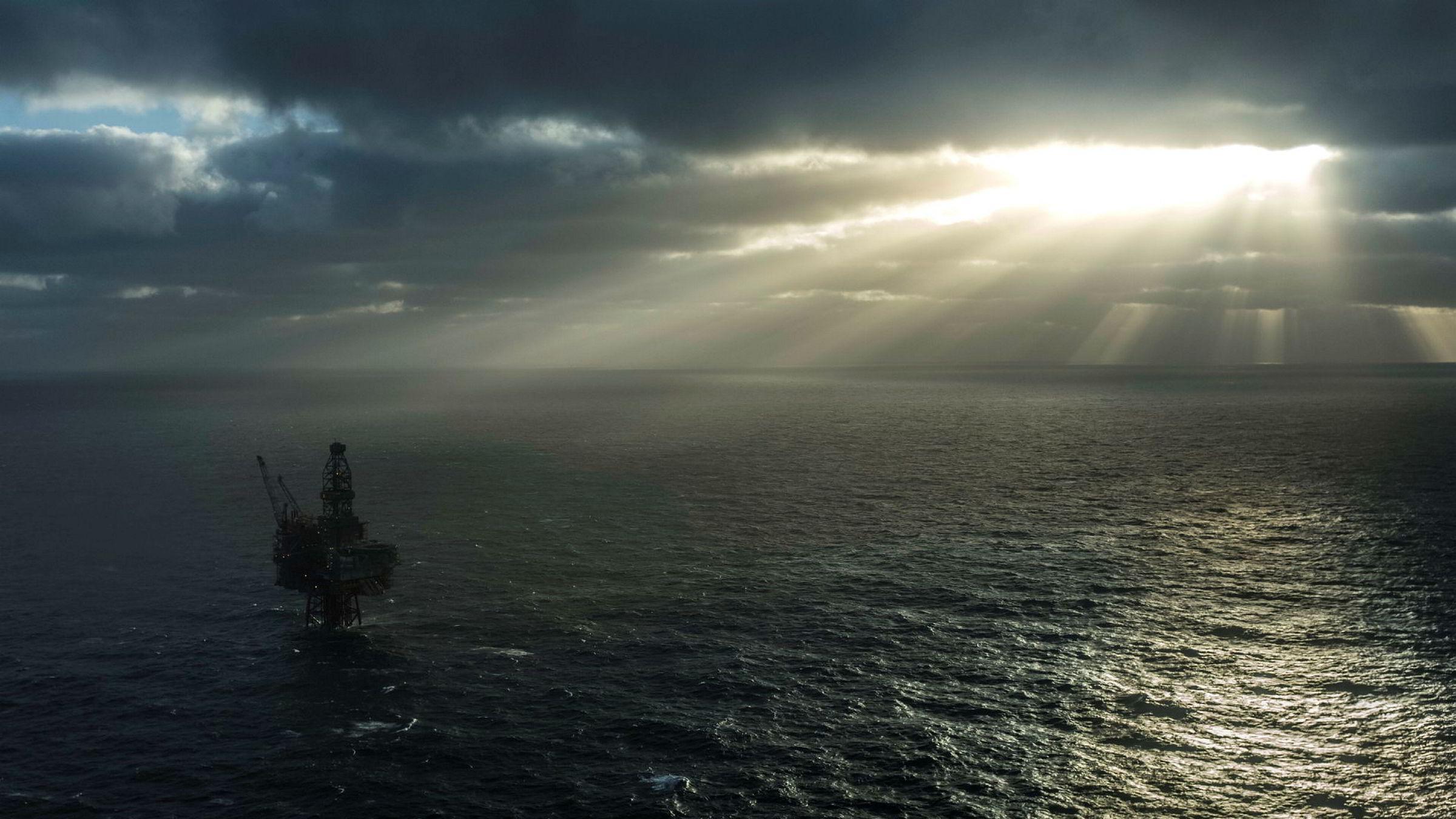 På tradisjonelle offshorefelt gjøres pluggingen fra moderplattformen. Men hver tredje norske petroleumsbrønn er en undervannsbrønn, skriver artikkelforfatterne. Her Ringhorne, et av tre felt operert av Point Resources på Norsk sokkel.
