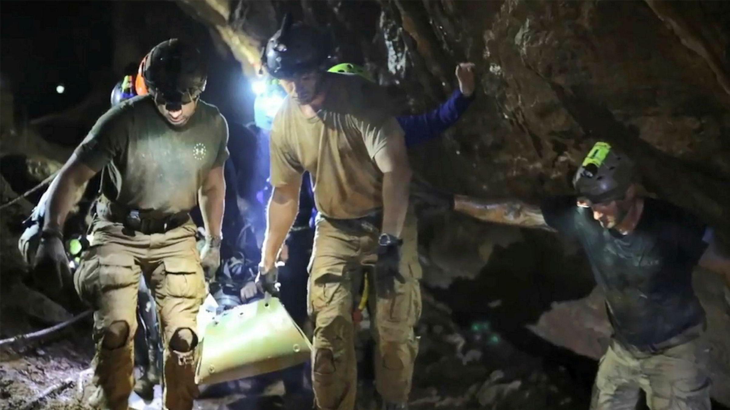 Selvsagt er det fristende; grottedramaet inneholdt alle de ingrediensene som skaper en fengslende og nærmest avhengighetsskapende medieføljetong, skriver Anne-Britt Gran. Dette bildet er fra 11. juli, og viser redningsmannskap bærende på en av guttene på vei ut av grotten.