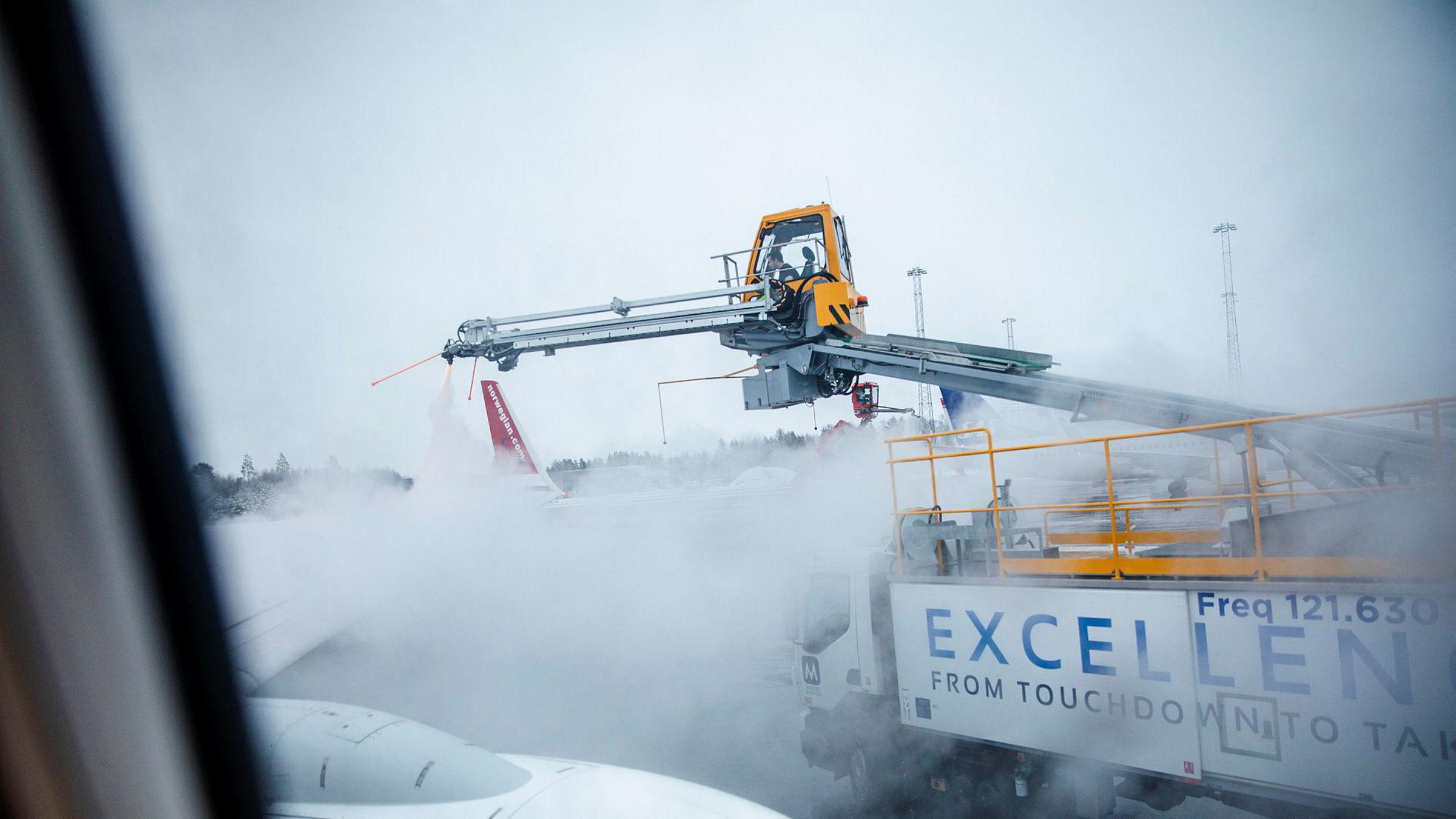 Både Norwegian og andre flyselskaper fikk en hard medfart på børsen mandag.