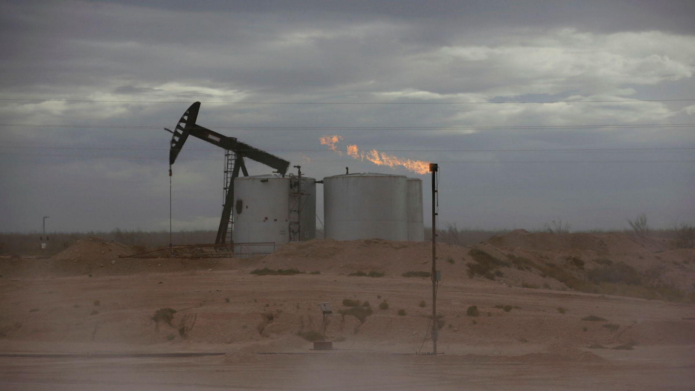 Flere oljemeglere Bloomberg har snakket med mener prisene på flere sorter råolje kan bli negativ. Dette gjelder i hovedsak olje produsert i innlandet, uten tilgang på rørledninger. Riggen på bildet er i Texas.