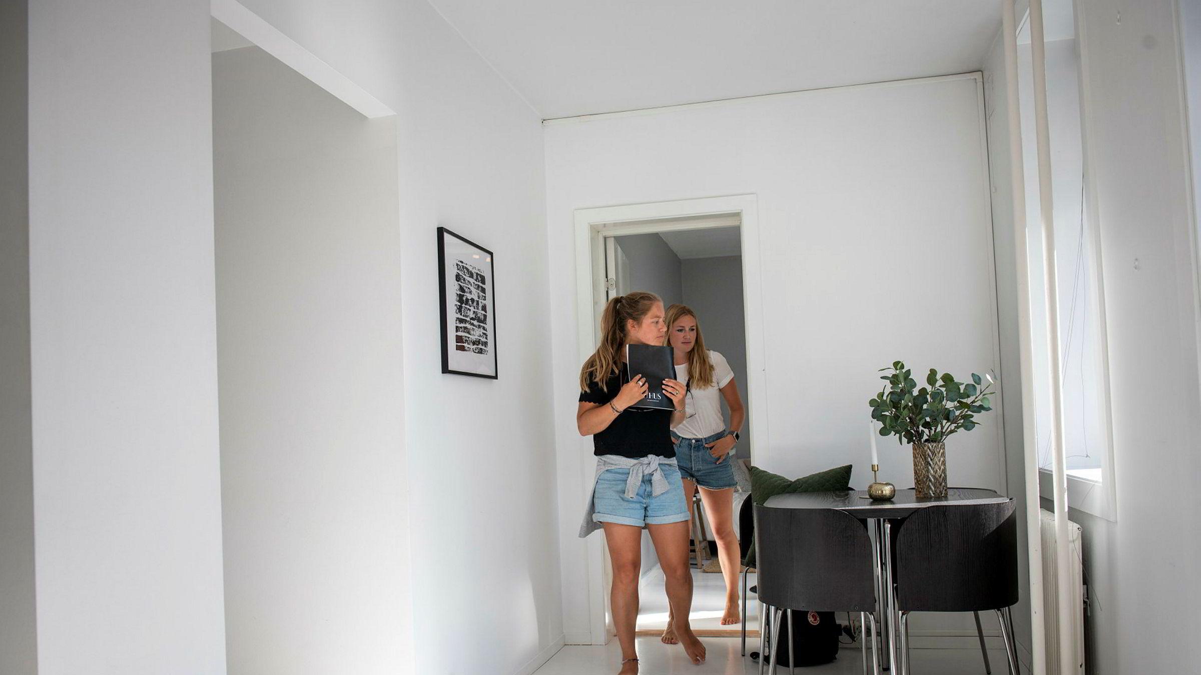 Boligsøker Oda Lassen-Urdahl har med venninnen Oda Omre som moralsk støtte på visning.