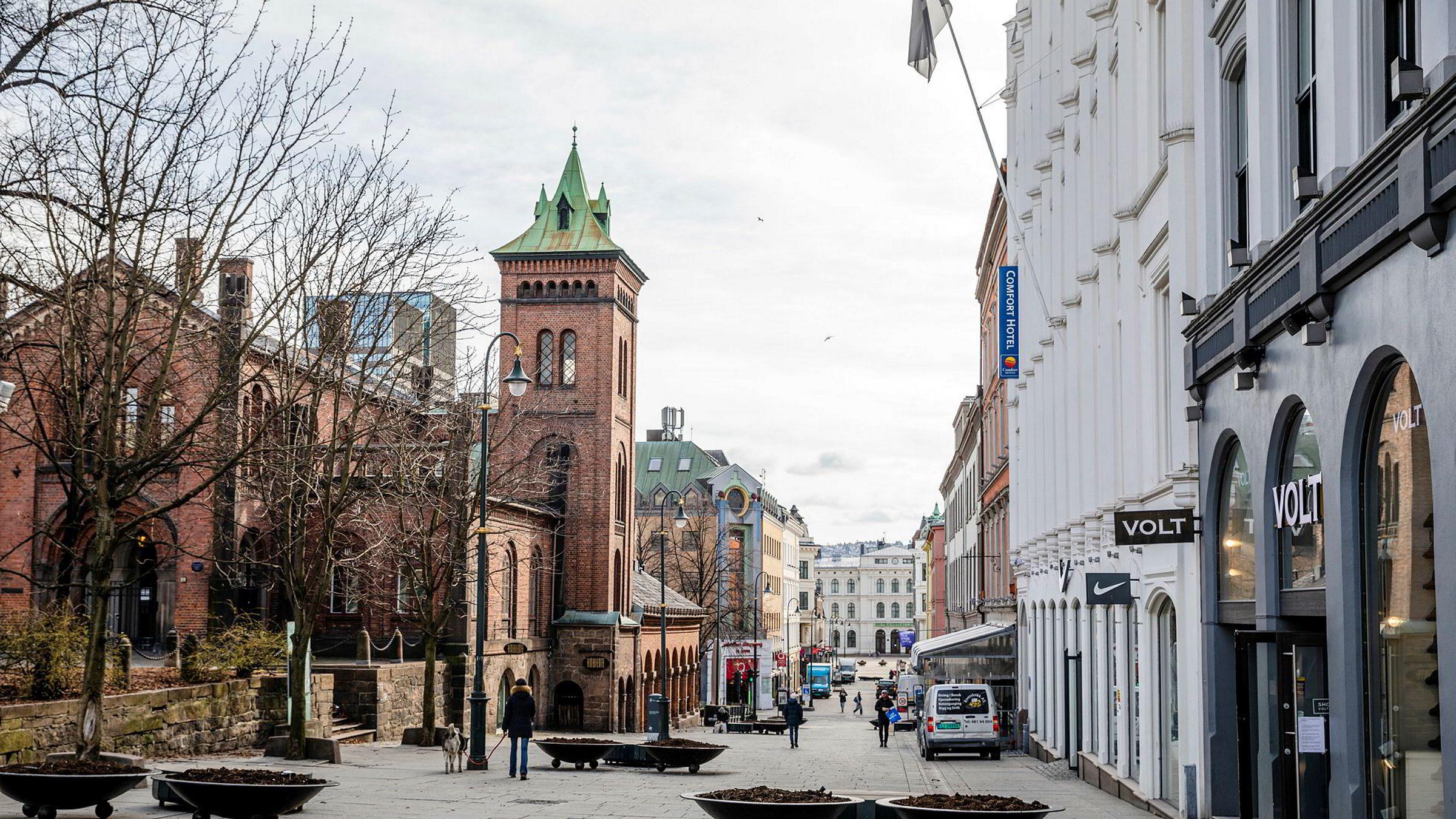 Google publiserer rapporter som viser at besøk i områder med restauranter, kino, shoppingsentre og lignende har falt med mer enn 60 prosent i perioden fra midten av mars til 5. april, sammenlignet med ukene før vi stengte ned. Her fra en nesten folketom Karl Johans gate i Oslo.
