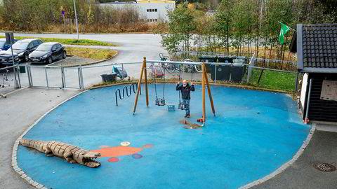 Ola Fjærli Hammer og Way 2 Play tar oppdrag i barnehager og lekeplasser over hele Norge. I Horneberg barnehage utenfor Trondheim har selskapet lagt gummidekke rundt huskestativet.